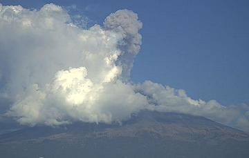 En las últimas 24 horas, mediante los sistemas de monitoreo del volcán Popocatépetl se identificaron 46 exhalaciones y 59 minutos de tremor de baja amplitud, acompañados de gases volcánicos y ligeras cantidades de ceniza.