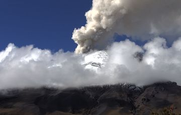 En las últimas 24 horas, mediante los sistemas de monitoreo del volcán Popocatépetl se identificaron 53 exhalaciones, acompañados de gases volcánicos y ligeras cantidades de ceniza.