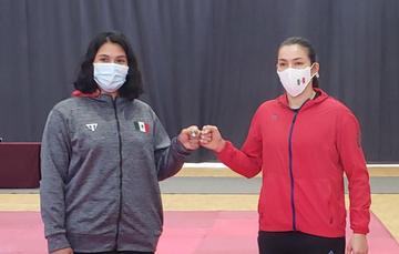 María Espinoza (der.) y Briseida Acosta (izq.), durante su pesaje en el CNAR. CONADE
