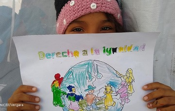 Niña enseña su dibujo sobre su derecbho a la igualdad.