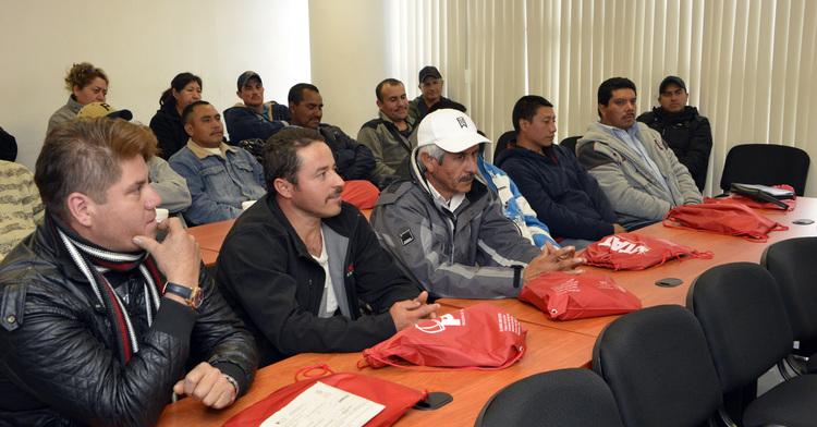 Varios hombres sentados con artículos de apoyo personal  proporcionados por el SNE.