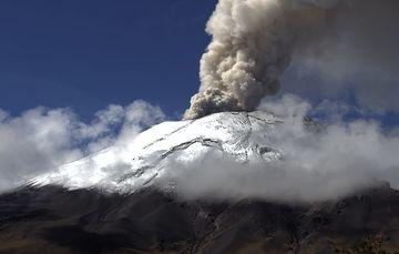En las últimas 24 horas, mediante los sistemas de monitoreo del volcán Popocatépetl se identificaron 29 exhalaciones y 201 minutos de tremor, acompañados por emisiones de vapor de agua, gases volcánicos y ligeras cantidades de ceniza.