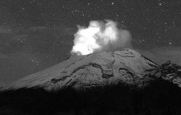 En las últimas 24 horas, mediante los sistemas de monitoreo del volcán Popocatépetl se identificaron 87 exhalaciones y 104 minutos de tremor de baja amplitud, acompañados de gases volcánicos y ligeras cantidades de ceniza.
