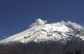 En las últimas 24 horas, mediante los sistemas de monitoreo del volcán Popocatépetl se identificaron 132 exhalaciones y 88 minutos de tremor de baja amplitud, acompañados de gases volcánicos y ligeras cantidades de ceniza.