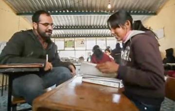 Alumna dando tutoría.