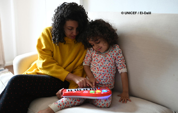 Madre e hija comparten momento del día con juego.