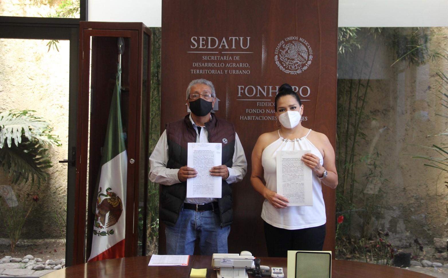 Firma de escritura de cambio de acreedor parcial de 136 acciones de vivienda entre el Fonhapo y el Municipio de Etzatlán, Jalisco.