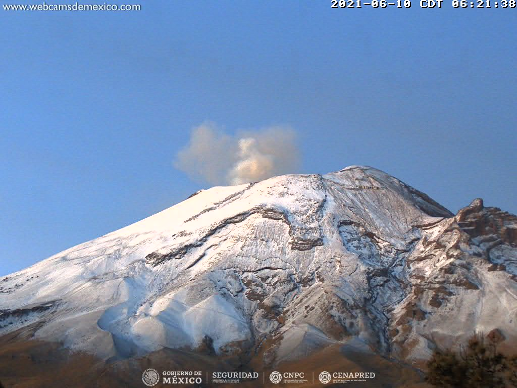 En las últimas 24 horas, mediante los sistemas de monitoreo del volcán Popocatépetl se identificaron 80 exhalaciones y 96 minutos de tremor de baja amplitud, acompañados de gases volcánicos y ligeras cantidades de ceniza.