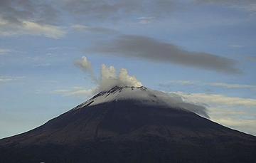 En las últimas 24 horas, mediante los sistemas de monitoreo del volcán Popocatépetl se identificaron 46 exhalaciones y un sismo volcanotectónico.