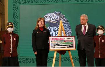 Fotografía de Andrés Manuel López Obrador y margarita González Saravia Calderón en el momento de la develación al al lado de una niña y niño gritones de la lotería
