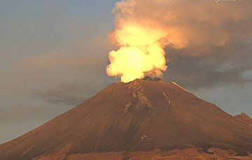 En las últimas 24 horas, mediante los sistemas de monitoreo del volcán Popocatépetl se identificaron 52 exhalaciones