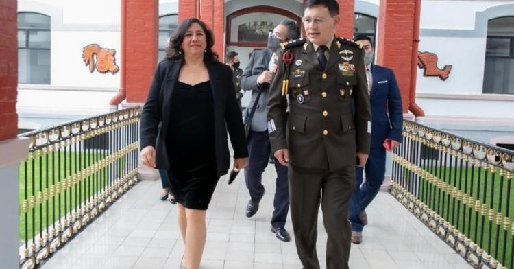Secretaria Sandoval Ballesteros imparte ponencia sobre combate a la corrupción en el Colegio de Defensa Nacional