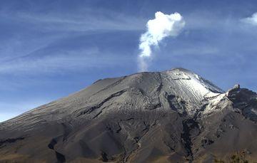 En las últimas 24 horas, mediante los sistemas de monitoreo del volcán Popocatépetl se identificaron 19 exhalaciones y 75 minutos de tremor de baja amplitud, en ocasiones son acompañados de emisiones de gases volcánicos y ligeras cantidades de ceniza.