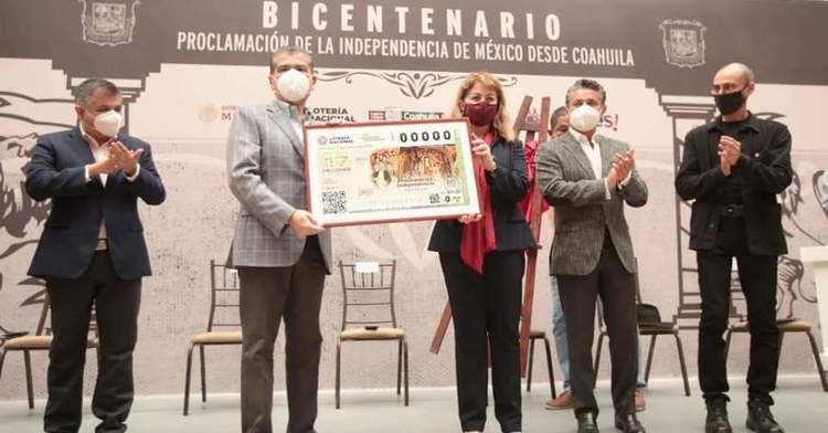 Fotografía grupal del momento en que se devela el billete de lotería alusivo a el bicentenario de la proclamación de independencia desde Saltillo