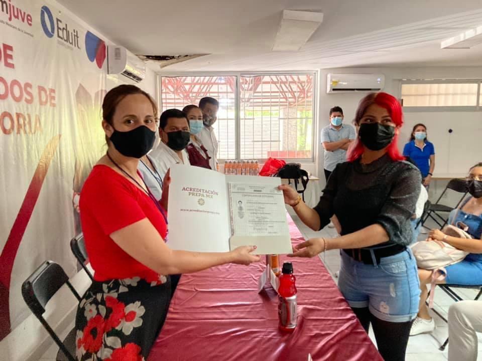 Imjuve entrega certificados a jóvenes guerrerenses que culminaron la preparatoria