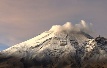 En las últimas 24 horas, mediante los sistemas de monitoreo del volcán Popocatépetl se identificaron 76 exhalaciones.