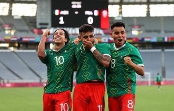 Festejo de Diego Lainez (izq.) Alexis Vega (der.) y Charly Rodríguez (der.) tras golear a Francia en Tokio 2020. Foto: Selección Mexicana