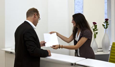 Cuando un proveedor de bienes o servicios afecta tus derechos como consumidor, existen dos formas de emprender acciones en su contra: la denuncia y la queja.