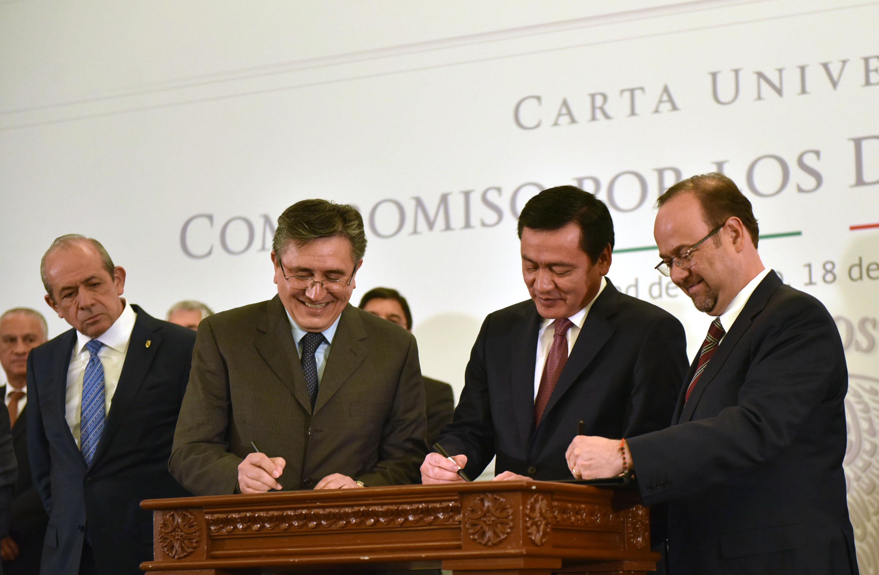 El presidente de la Comisión Nacional de los Derechos Humanos, Luis Raúl González Pérez; el Secretario de Gobernación, Miguel Ángel Osorio Chong y el secretario general ejecutivo de la ANUIES, Jaime Valls Esponda, firma Carta Compromiso DDHH