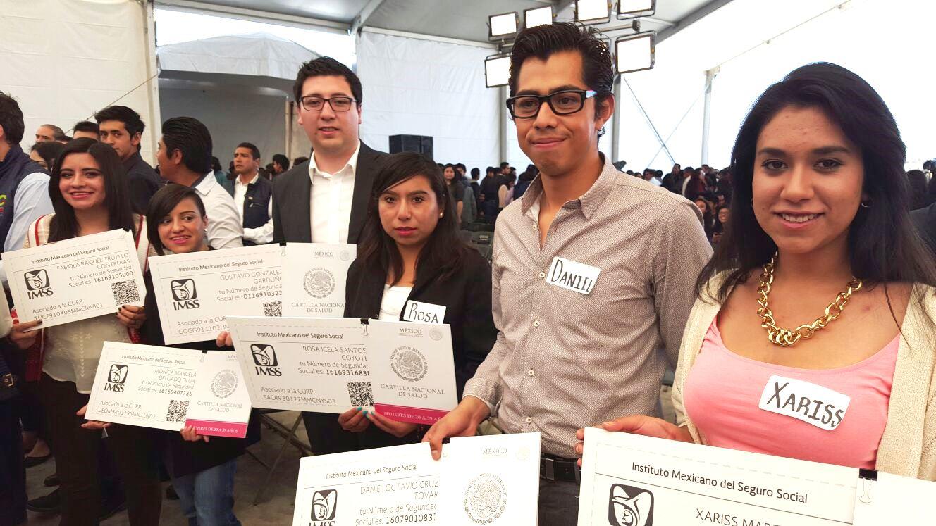 Jóvenes hombres y mujeres mostrando su afiliación al Imss