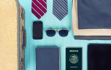 Maleta de viaje con el pasaporte mexicano.