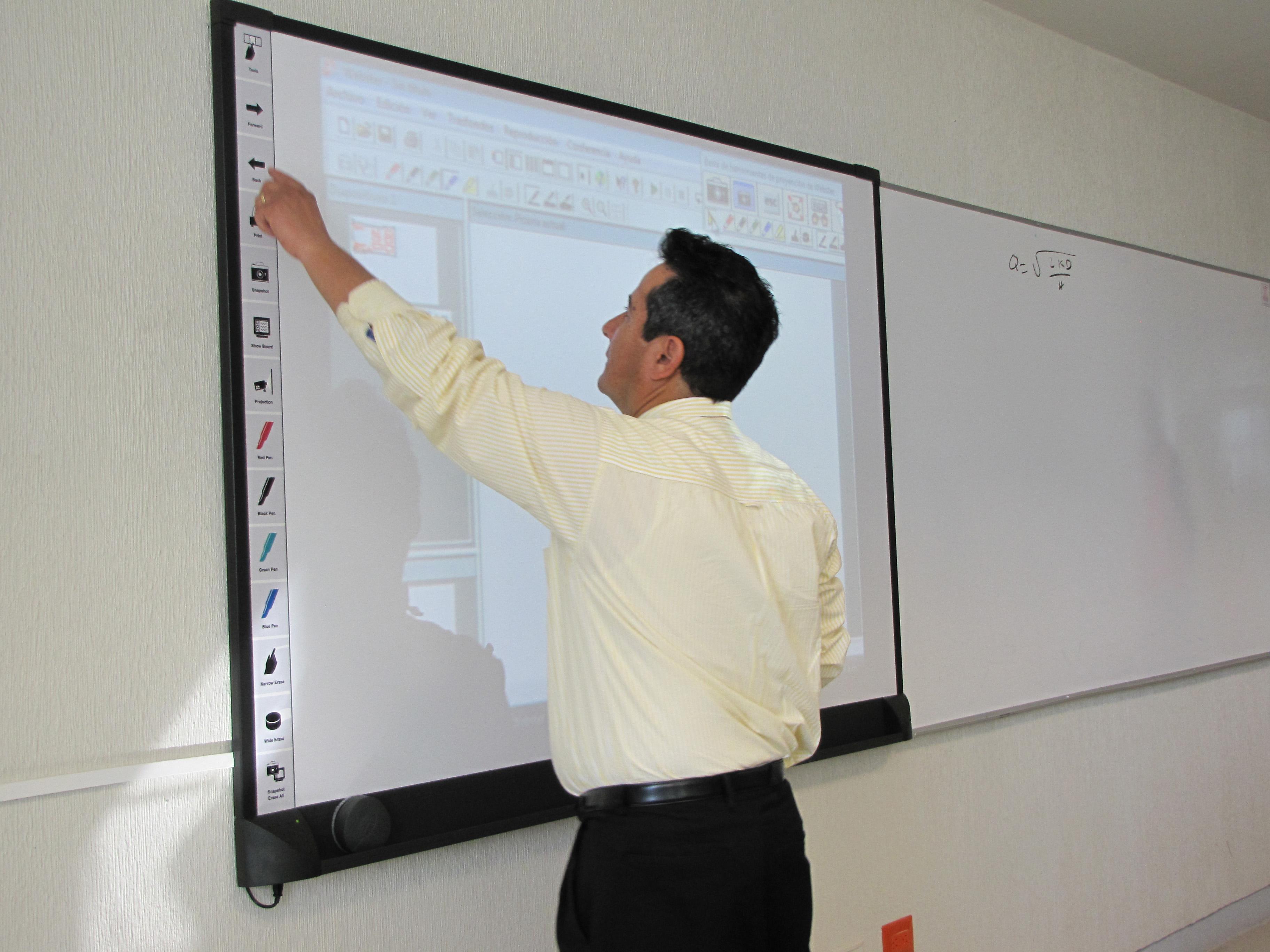 Fotografía de maestro impartiendo clase.