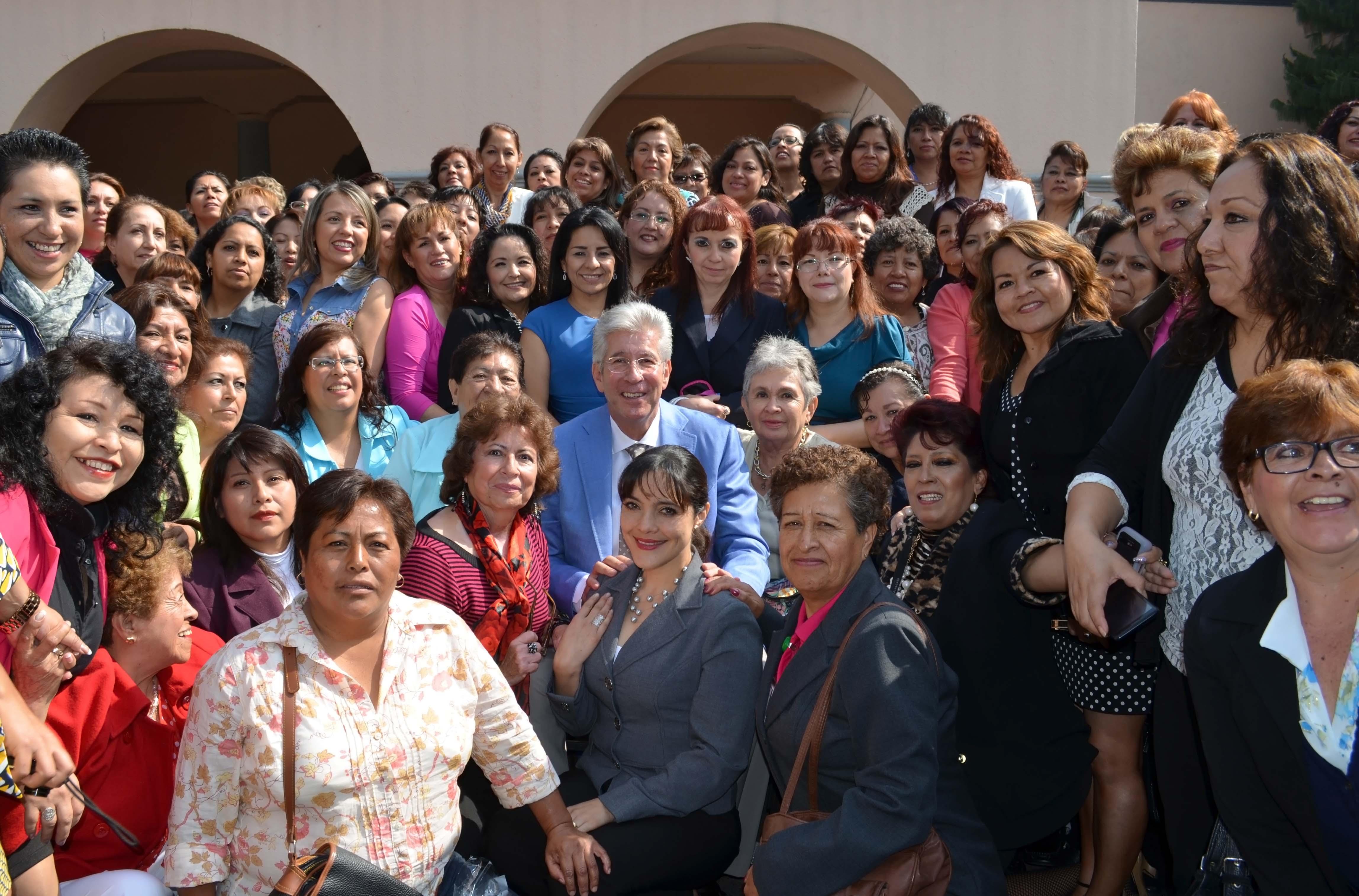 Gerardo Ruiz Esparza en compañia de trabajadoras de la SCT