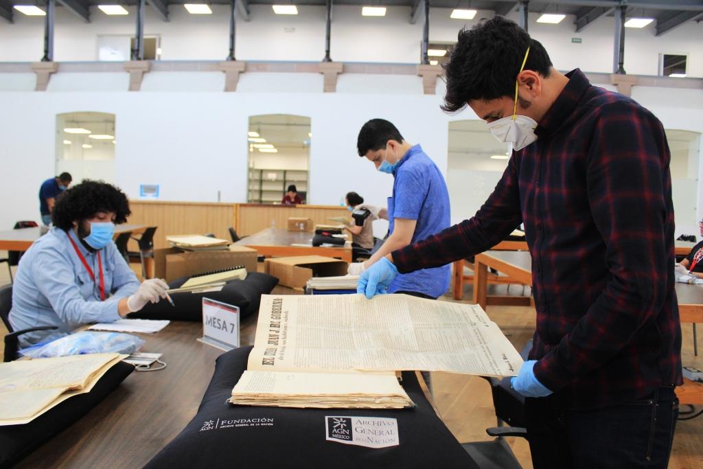Usuarios del AGN consultando documentos en la sala de consulta.