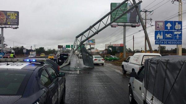 Imagen de la Policía Federal sobre cierre de circulación por caída de un espectacular km 169 Ctra. Fed. Querétaro-León tramo Irapuato-León