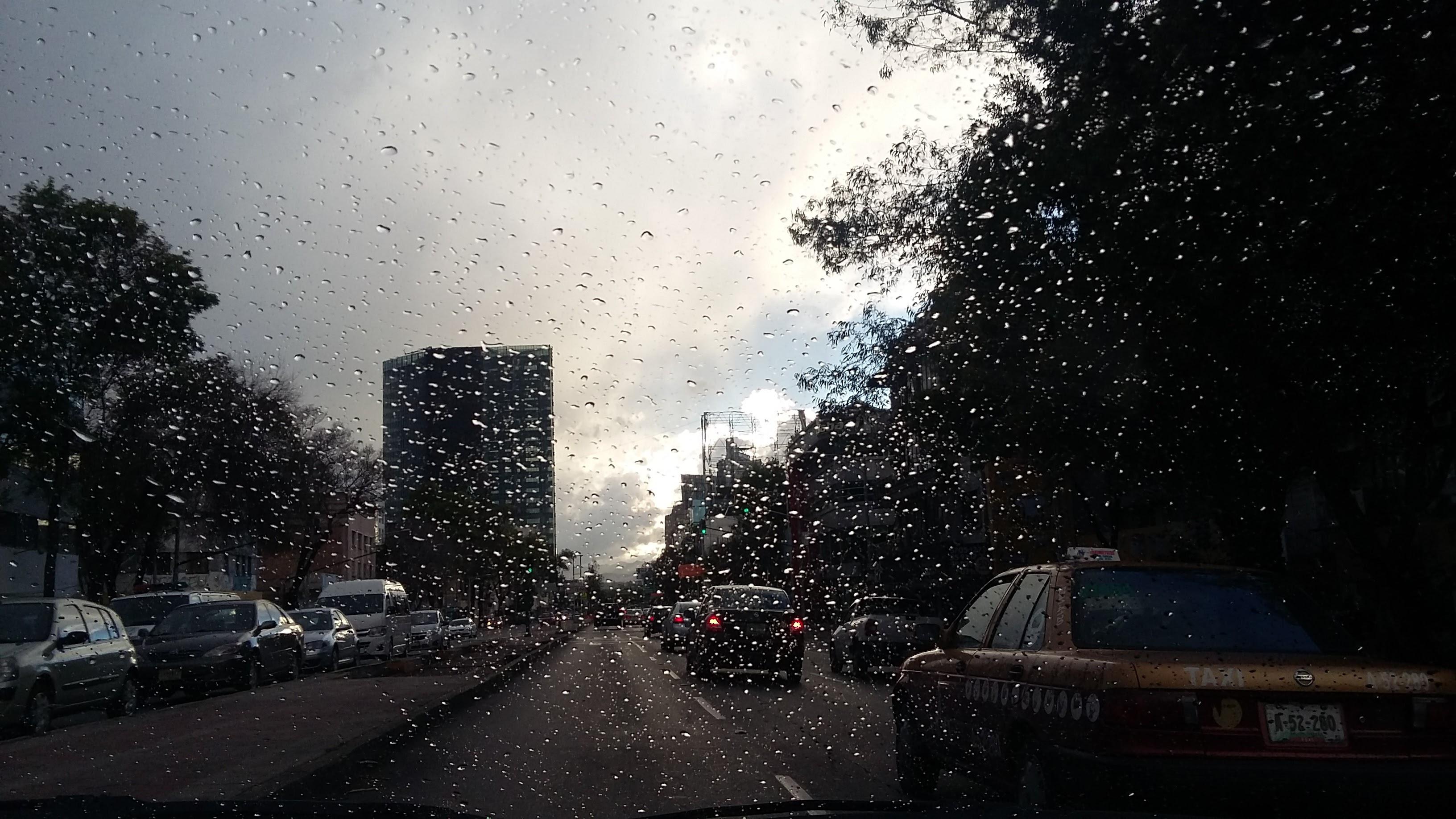 Fotografía de calle de la Ciudad de México a través de parabrisas de un automóvil