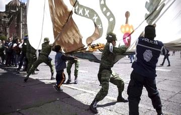Personal del Ejército Mexicano y el pueblo de México en el arriamiento de nuestro Lábaro Patrio.
