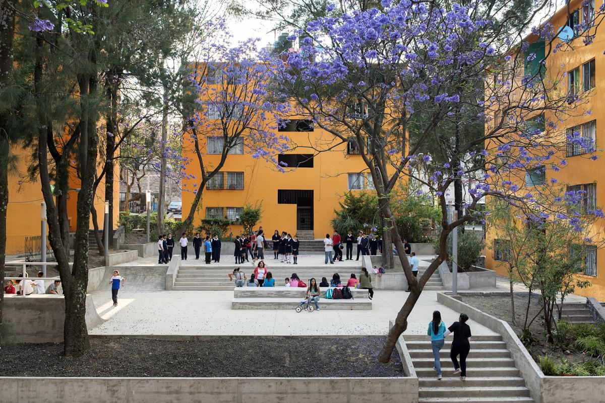 Imagen donde se muestra una unidad habitacional que cuenta con espacios públicos recuperados en donde niños y jóvenes conviven en un ambiente seguro.