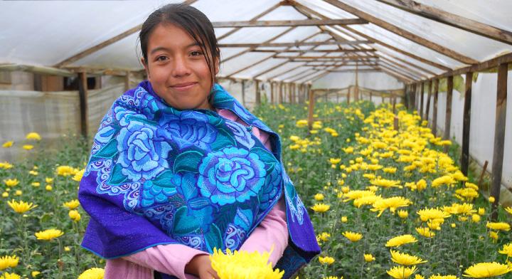 Productora joven sosteniendo un ramo de flores