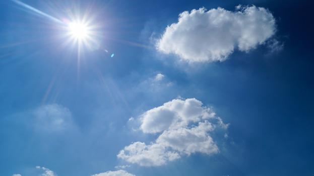 Fotografía del sol en cielo azul