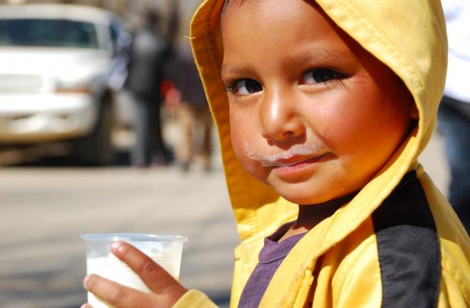 La leche es un alimento que contribuye en el buen desarrollo de los niños.