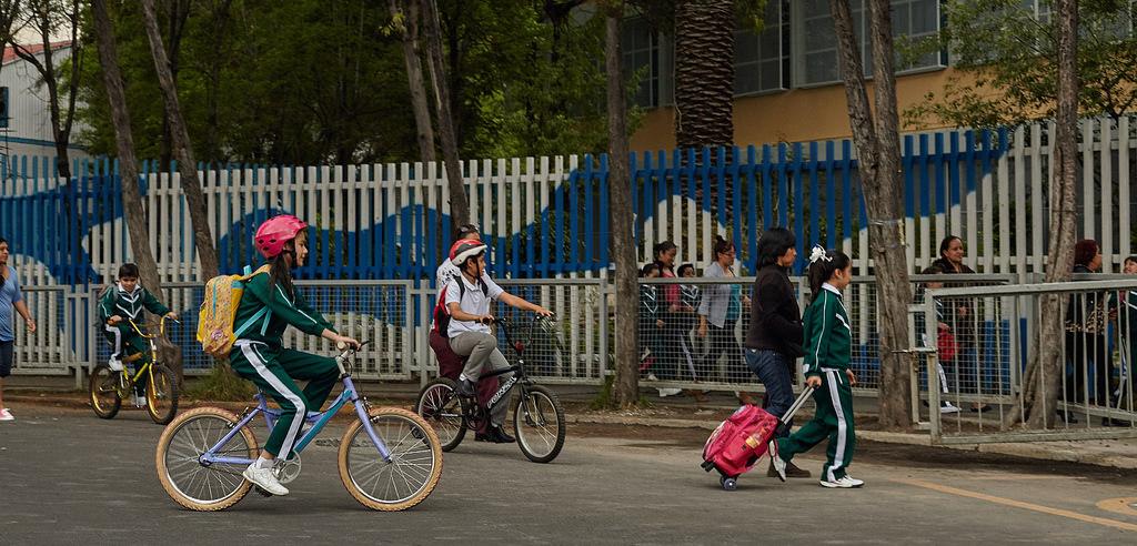 Imagen de niñas y niños asistiendo a la escuela.