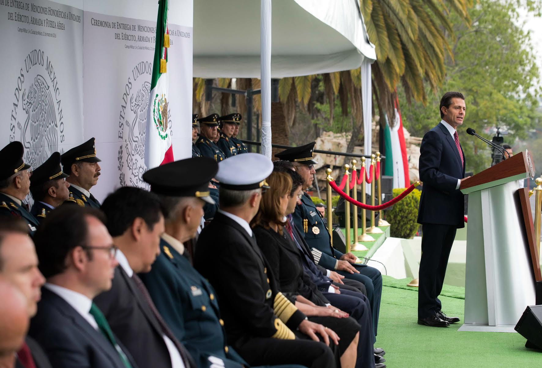 El Primer Mandatario hace entrega de reconocimientos y menciones honoríficas a las fuerzas armadas del país.