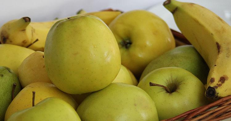 frutas como manza, platano, peras.