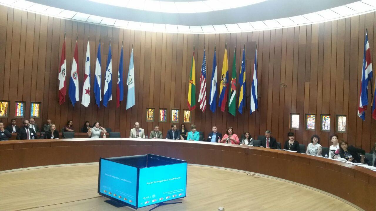 Al centro, Ricardo Bucio en mesa redonda, explica puntos del Sistema Nacional de Protección Integral de Niñas, Niños y Adolescentes.