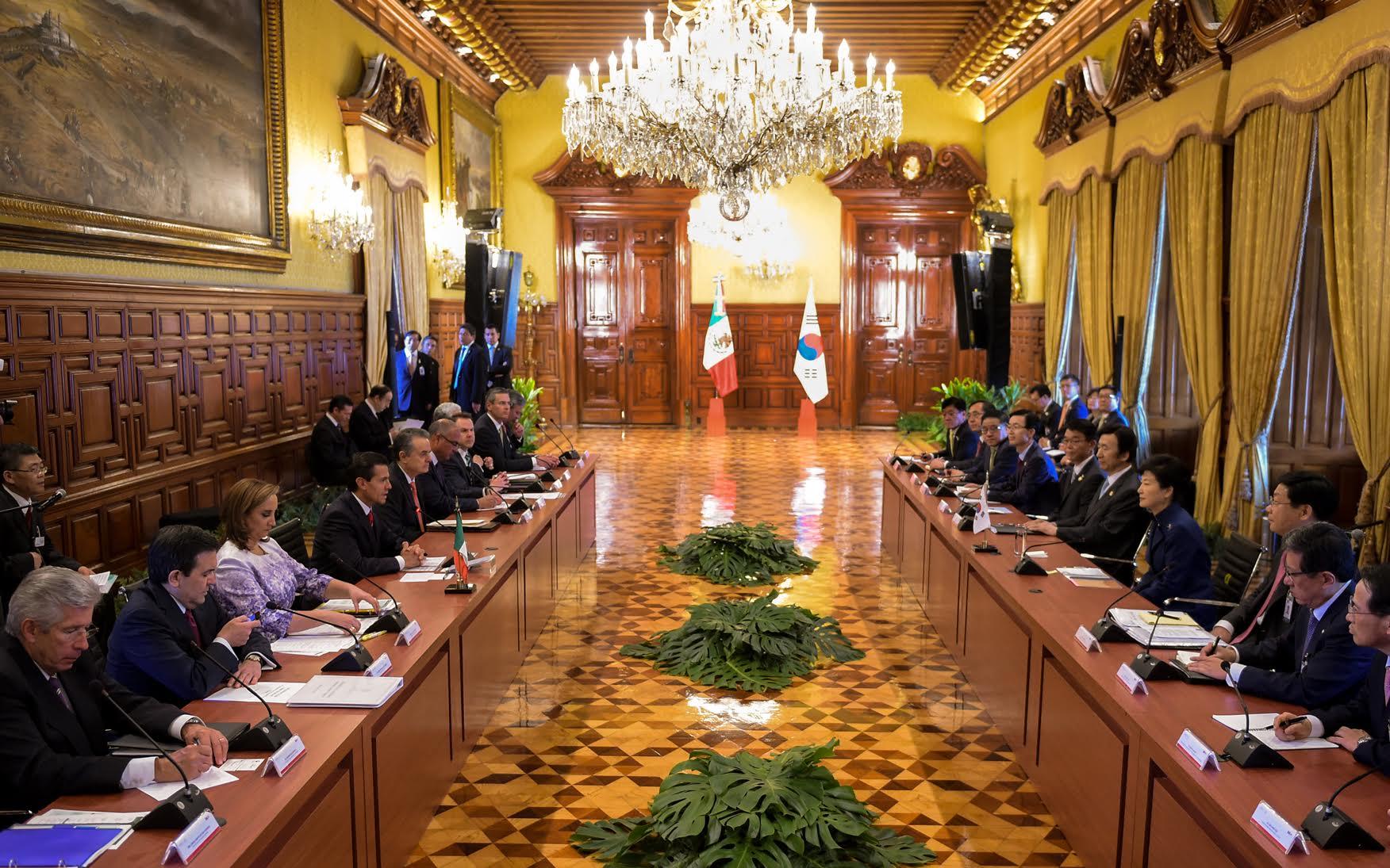 Mesa de trabajo, en Palacio Nacional,  de las comitivas de Corea y México, durante la Visita Oficial de la Presidenta Park Geun-hye.