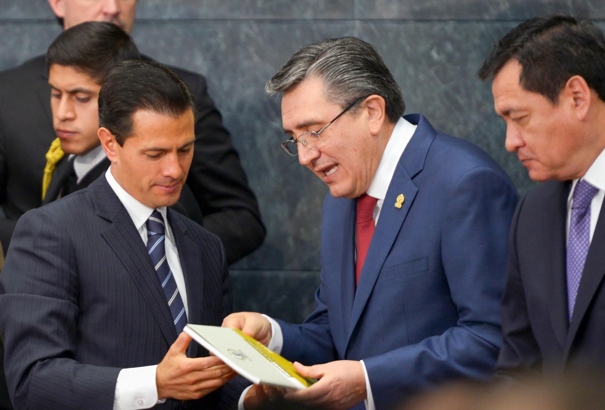 El titular de la Comisión Nacional de los Derechos Humanos, Luis Raúl González Pérez, entrega a el Presidente Peña Nieto su Informe de Actividades 2015.