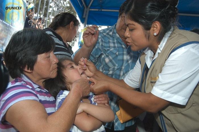 Niña pequeña recibe vacuna oral en campaña de vacunación nacional.