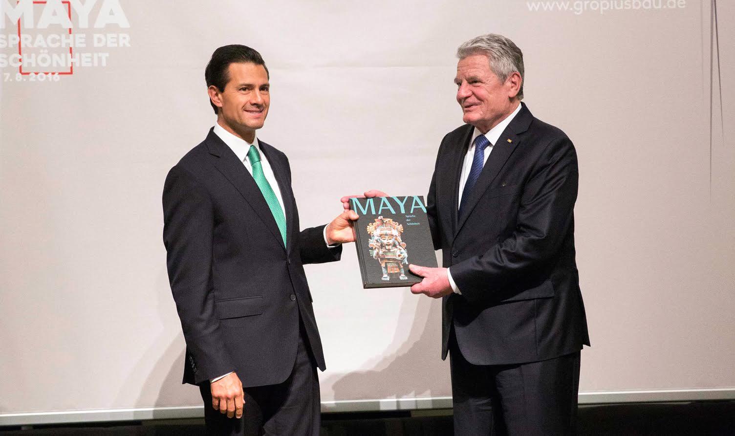 """El Presidente Enrique Peña Nieto inauguró, junto con Joachim Gauck, Presidente de la República Federal de Alemania,  la exposición """"Mayas, el lenguaje de la belleza"""" ."""