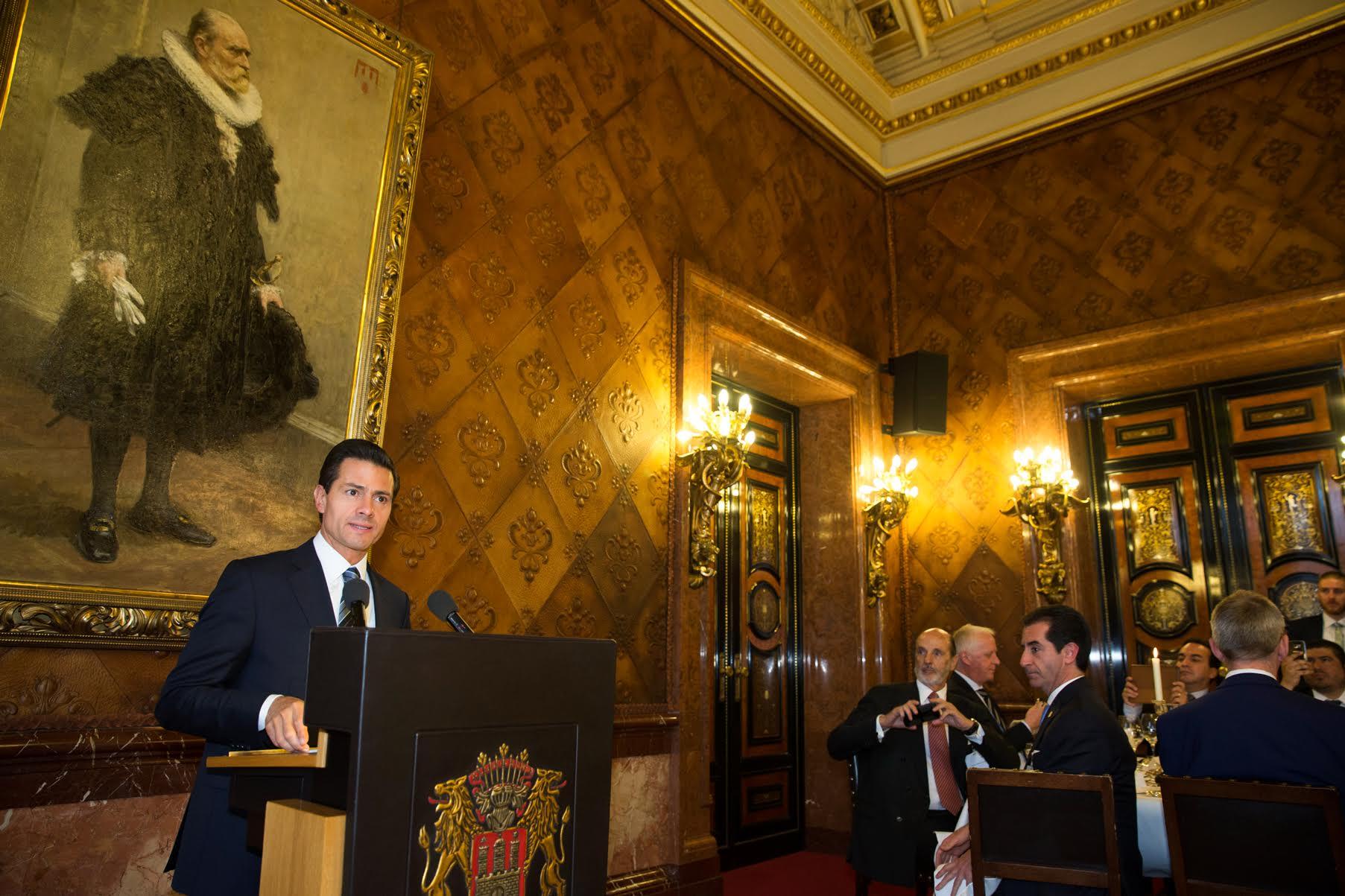 """El Primer Mandatario en Conferencia de Prensa al finalizar el panel sobre """"Perspectivas Económicas de México en Alemania""""."""
