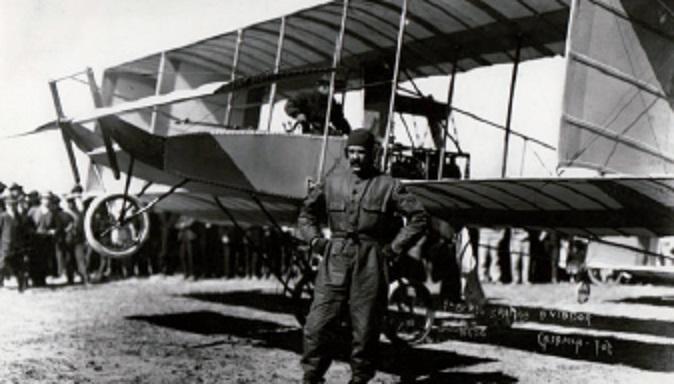 Piloto y avión histórico de la Fuerza Aérea Mexicana.