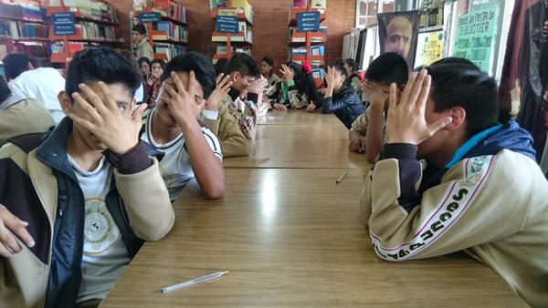 Alumnas y alumnos de secundaria se tapan las caras, en broma, cuando se enteran de que tienen el derecho de que les pidan permiso para sacarles una foto.