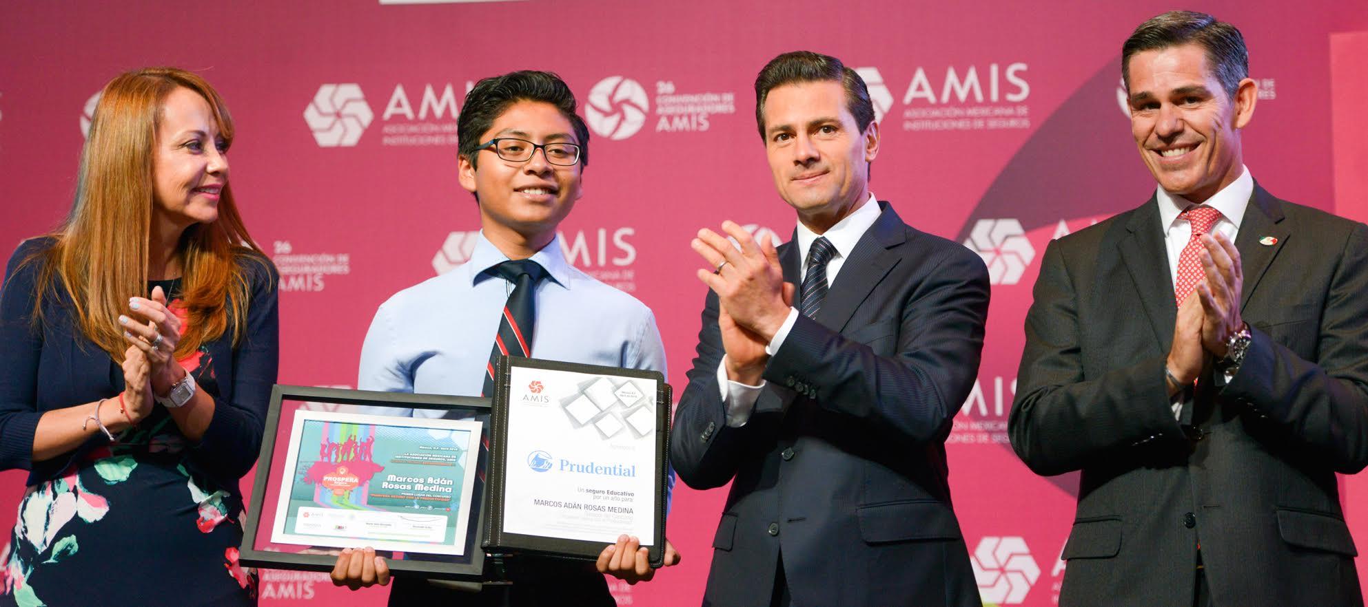 El Primer Mandatario hace entrega de reconocimientos a estudiantes participantes en concurso de aseguradoras.