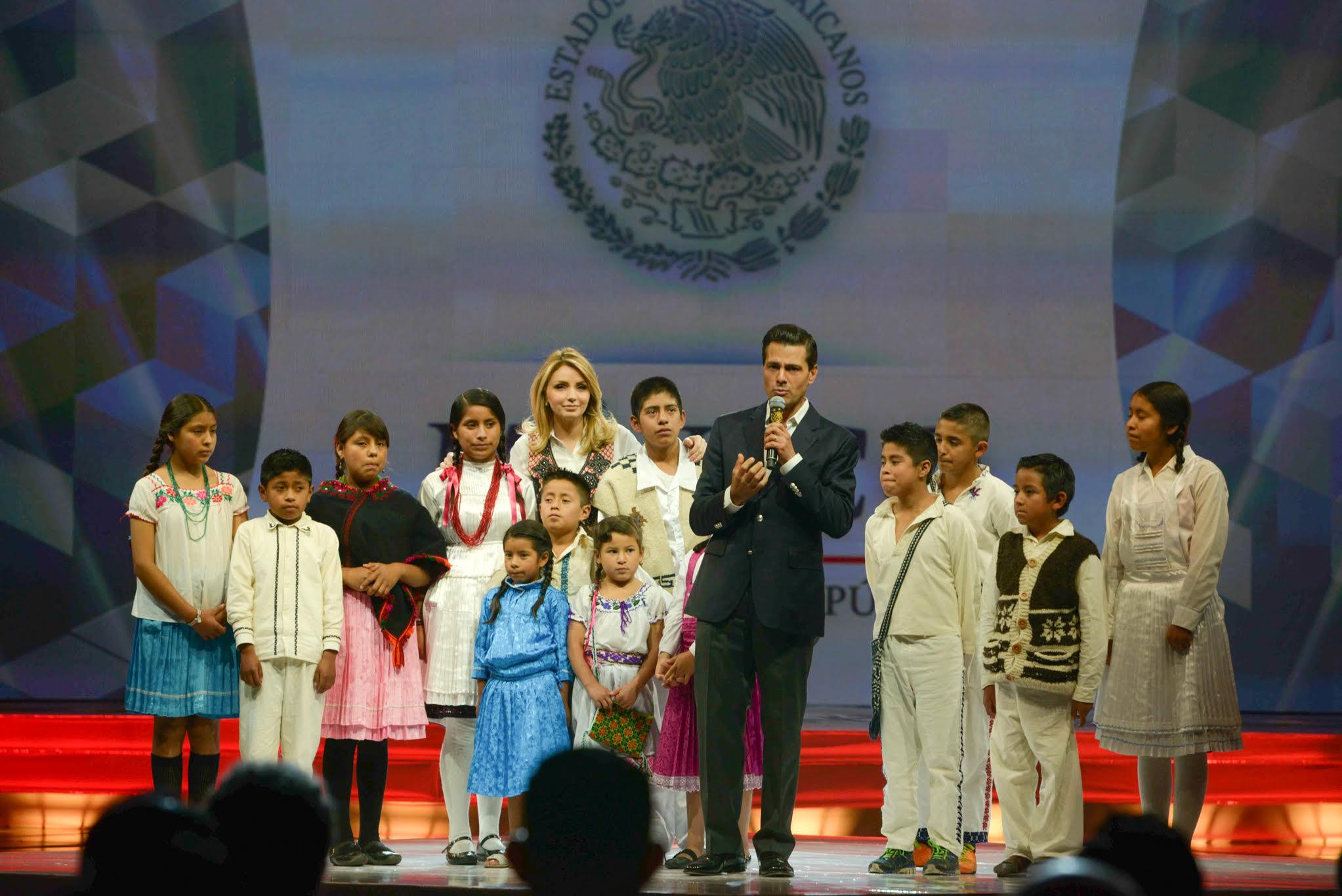 El Primer Mandatario y su esposa, Angélica Rivera de Peña, rodeados de niños de la comunidad mazahua en la inauguración del Tianguis Turístico 2016.