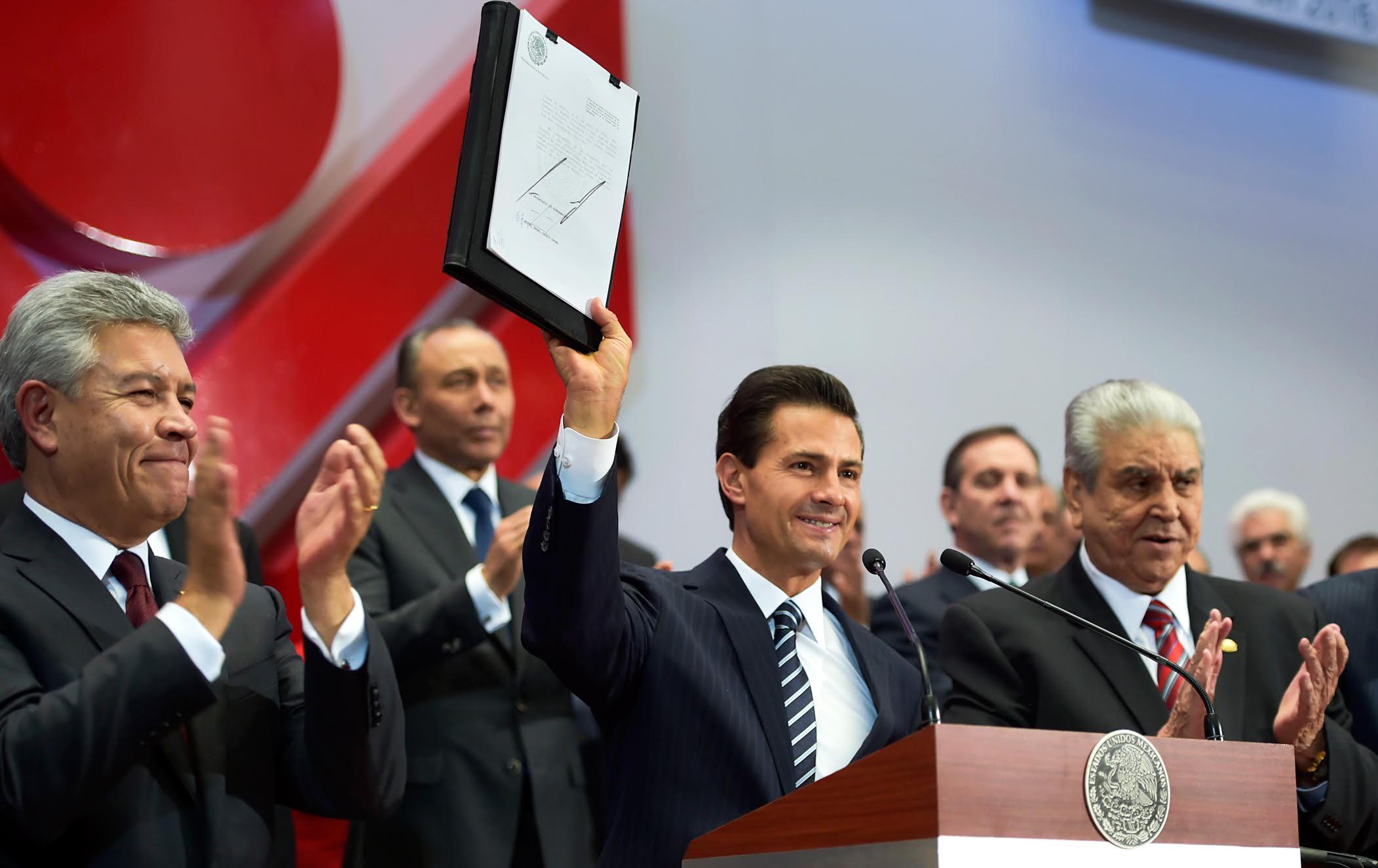 El Primer Mandatario muestra su firma en la promulgación de la Reforma a la Ley del INFONAVIT.