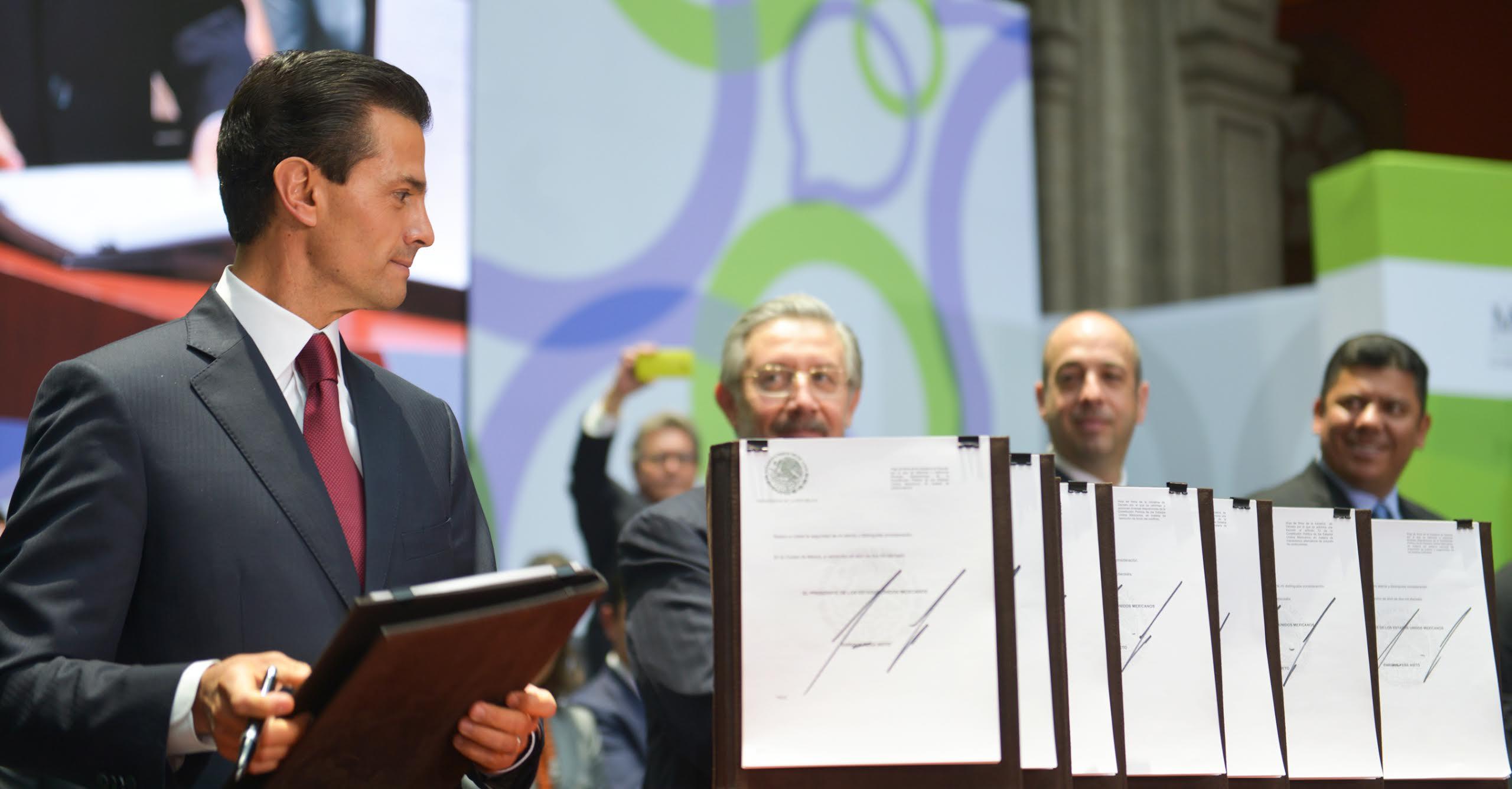 El Primer Mandatario firma los documentos de las iniciativas de ley para la Justicia Cotidiana.